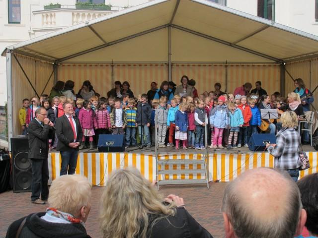 Kinder der Kindergärten tragen plattdeutsche Lieder vor